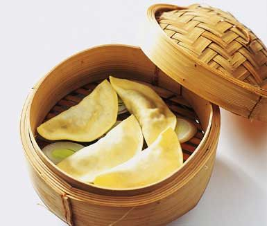Rolig och mättande förrätt eller plockmat på buffén. Asiatiska pastaknyten har en mumsig blandning av stekt svamp och salt blandfärs. Ångkoka knytena för bästa smak och servera med soja.