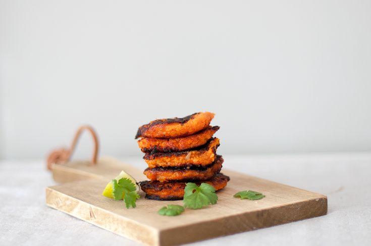 Disse søtpotetburgerne fungerer utmerket som et eget måltid, men kan også brukes som tilbehør til maten. De er også fine å ha i kjøleskapet for å knaske på etter trening og fylle opp glukoselageren...