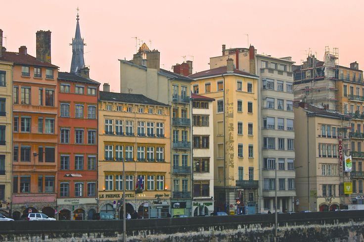 Les façades colorées des immeubles sur les quais de Saône à Lyon (France)