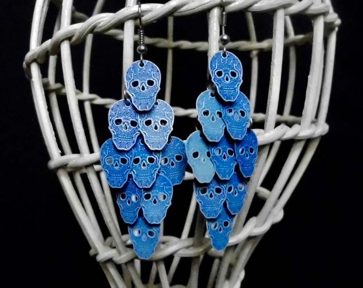 Orecchini a grappolo con teschi blu, orecchini artigianali. Orecchini con teschi. Gioielli goth, Giorno dei morti. Spedizione gratuita di SaraDollFashion su Etsy