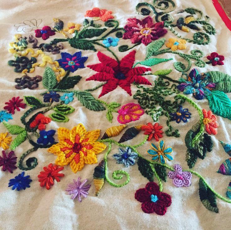 Cojín bordado a mano con lanas