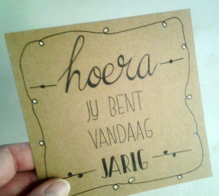 handletteren handlettering kaartje tekenen lettering doen we zo echte post is veel leuker verjaardag krijtstift raamtekening craft craftpaper