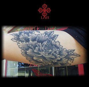 pivoine japonaise ,pivoine ,fleur japonaise ,Tatoueuse spécialisée en dessins personnalisés . Tattoos noir et blanc ,couleur,neo trad ,neotraditionnel ,dot work ,skull ,,la vérité est ailleurs bordeaux ,salon de tatouage à bordeaux centre ,tatouage bordeaux ,bordeaux tattoo,tattoo ,tatouage