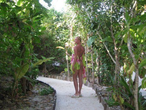 Балерина Анастасия Волочкова предпочитает проводить зимние каникулы в теплых странах. В этот раз Настя, прихватив дочку Аришу и маму, отправилась на Мальдивы. А пару дней назад в блоге балерины стали появляться ну очень откровенные фотографии.    -
