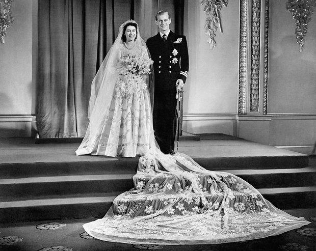 Brautmode: 20. November 1947: Norman Hartnell entwarf für Prinzessin Elizabeth, die spätere Queen, ein Kleid aus weißem Satin mit einem hohen Kragen.