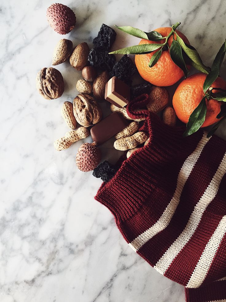 Stocking stuffer ideas: make a traditional Christmas stocking the Italian way. Get this vintage Christmas stockings fillers and more DIY Christmas presents on the Green Issue of the Gourmet Mag, a Rome based Italian food magazine.
