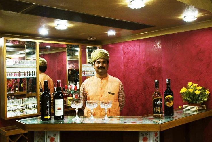 Die gut aufgestockte Bar im Swarn Mahal Restaurant Wagen serviert ausgewählte Marken von Malt, Whisky, Scotch, Rum, Wodka, Cognac, Wein und Champagner.