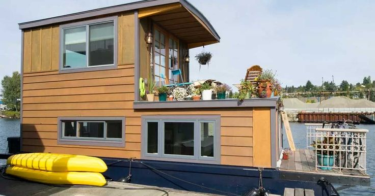 With only 450 square feet (42 square meters), this houseboat is actually classified as a house barge.