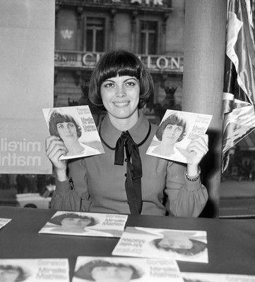 """Qui n'a pas eu, enfant, la coupe de cheveux """"Mireille Mathieu"""" ? (1972)."""