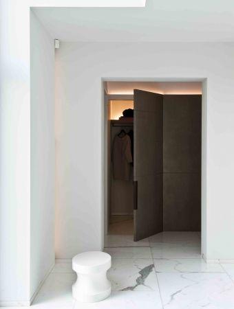 White marble hallway by Obumex