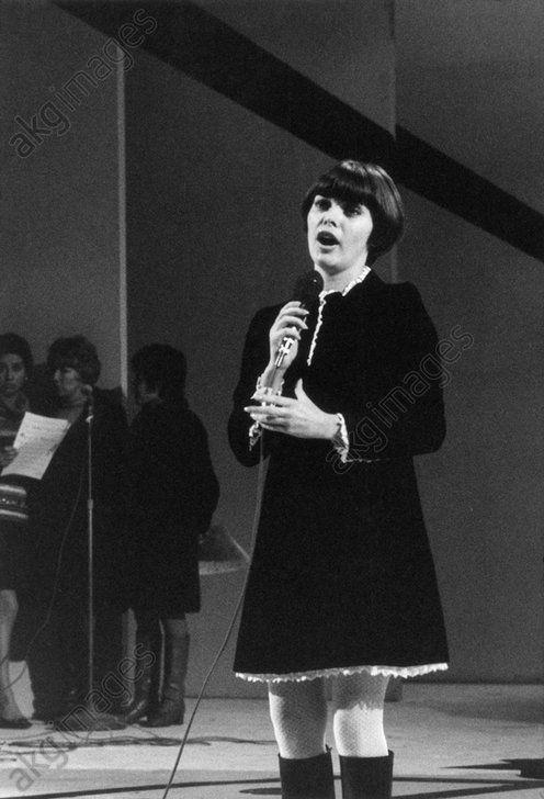 Mireille Mathieu lors d'une prise de son chez Raymond Lefèvre. Fin 1967