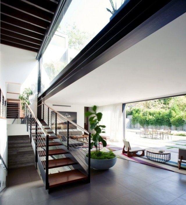 escalier droit sans contremarches dans la maison moderne