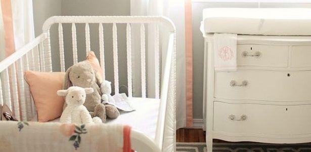 Saindo da paleta tradicional para quartos de bebê, a cor pêssego aquece o ambiente e combina com uma base neutra, criando um ambiente delicado. O tom pode estar presente em pequenos detalhes, como a roupa de cama, bichos de pelúcia ou na cortina.