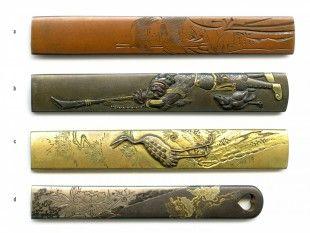 53 4 Kozuka Japan L 8,7 cm - 9,8 cm.   Provenienz: Carlo Monzino (1931-1996), Castagnola.  Verschiedene Metalllegierungen mit diversen Motiven. Unterschiedlicher Dekor mit feinen Details, z.T. mit Gold-, Silber- oder Kupfertauschierungen.  a: gemäss Sotheby's London (Juni 1996, Lot 136): Nara-Schule. Edo-Zeit (19. Jh.). Signiert: Yasuchika.  b: gemäss Sotheby's London (Juni 1996, Lot 342): Shibuichi-Kozuka. Yokoya-Schule. Edo-Zeit (18./19. Jh.). Signiert: Yokoya Somin.  c: signiert.