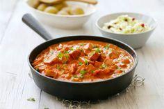 Makkara-stroganov ✦ Kunnon makkarakastike piristää välillä arkipäivää. Tarjoa lisänä kuoriperunoita ja raikasta kasvisraastetta. http://www.valio.fi/reseptit/makkara-stroganov/ #resepti #ruoka