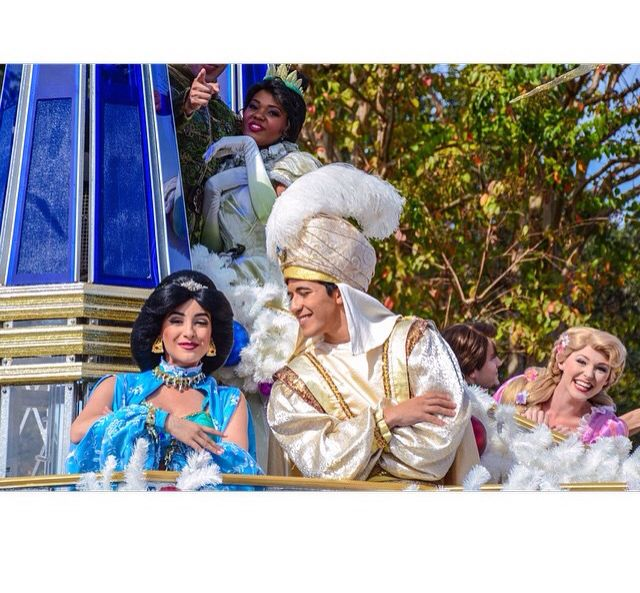 Why she can NEVER leave her tower((((: #photobomb #rapunzel #jasmin #aladdin #tangled #tiana #princess #dreamjob #wdw #mickeysonceuponachristmastime #float #parade #disney #costumes #lights #xmas #christmas #disneyworld #magickingdom  Pc: instagram @wiicked26