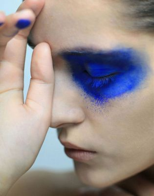 Swarovski Monochrome Blue collection: the power of pigments. Here, a make-up inspiration