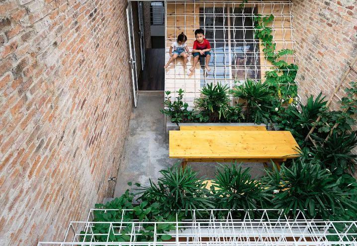 Mattoni a vista per interni ed esterni di una casa in Vietnam