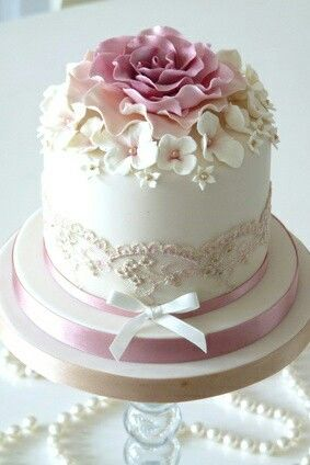 This pretty little cake would be prefect for a little girls birthday or a baby shower. It's just so pretty.