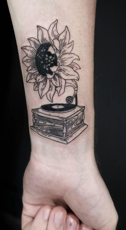 illustrative sunflower tattoo © tattoo artist virginskin. estudio de tatuaje