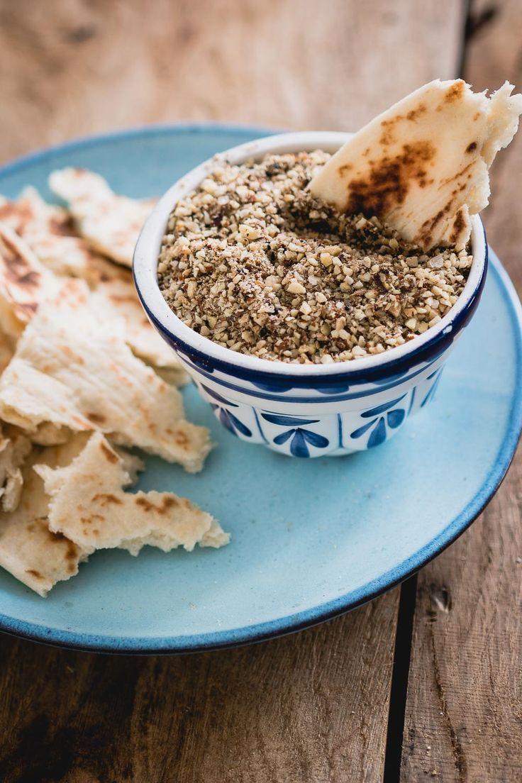 Dukkah is een heerlijke dip om te serveren met platbrood als vegetarisch verjaardag hapje. Doordat het gemaakt wordt van nootjes is het ook een gezond hapje.