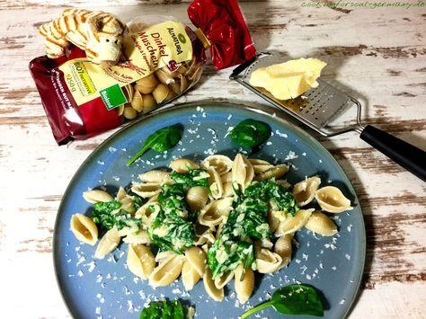 Dinkel-Muscheln mit Babyspinat - ein schnelles Mittagsgericht mit Dinkelnudeln, Zwiebeln, etwas Knoblauch, Cremefine zum Kochen und Babyspinat.