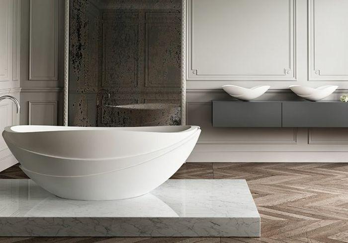 Baignoire ovale magnifique et élégante salle de bains