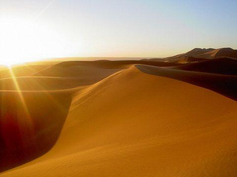 南部のサハラ砂漠の砂丘。 Dune sunrise ◆モロッコ - Wikipedia https://ja.wikipedia.org/wiki/%E3%83%A2%E3%83%AD%E3%83%83%E3%82%B3 #Morocco