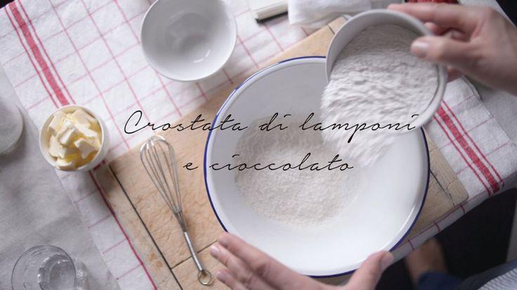 """""""Così ho pensato che era destino che questa crostata non finisse tra le pagine di un libro: semplicemente non era la sua vocazione. Si trova decisamente più a suo agio come messaggera d'amore.. """" La crostata di lamponi e cioccolato: dalla mia piccola cucina, una crostata che funziona come una lettera d'amore... (http://www.fragoleamerenda.it/ricetta/crostata-lamponi-cioccolato/)"""