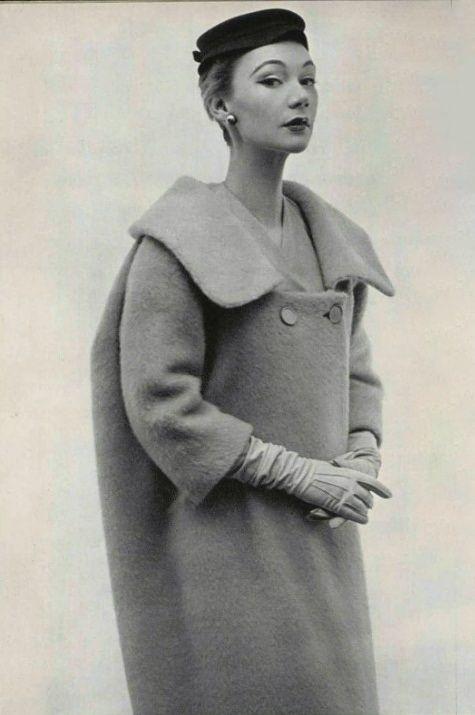 1952 Balenciaga rejette en arrière le col de ce manteau qui se creuse devant en un décolleté profond. Tout dans cette silhouette neuve semble marquer une tendance vers des lignes ébauchées.Nous sommes à l'orée d'une mode dont liberté est le mot d'ordre.Dans des lainages veloutés et légers aux coloris pâmés, les manteaux glissent en arrière des épaules adoucies et s'échancrent largement sur le devant