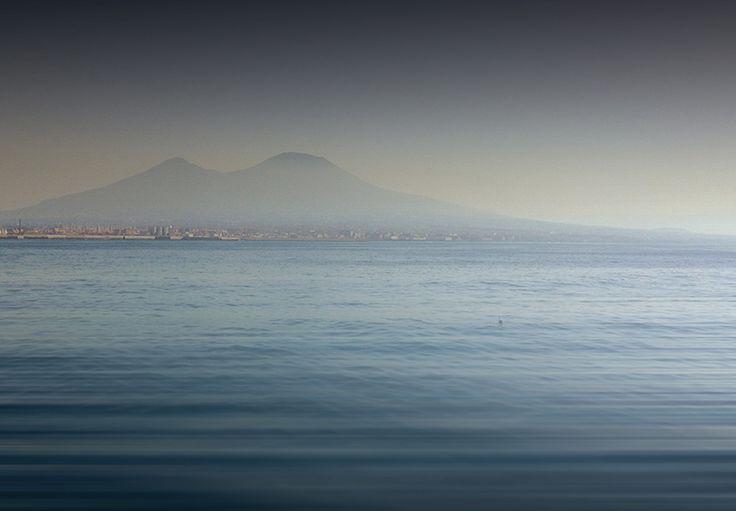 D.Signers | ¿Qué pasó en Pompeya? 49.El Vesubio no se pierde en el entorno por muchos kilómetros. El gran cono se originó por la erupción que sepultó a Pompeya. También llamado Somma-Vesubio, se formó por la unión de las placas Africana y Euroasiática.
