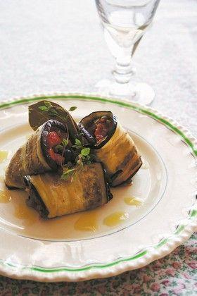 SICILIEN.DK | Livstil, mad og vin 2 store auberginer Ekstrajomfru-olivenolie 100 g rasp (eller brød kørt gennem en foodprocessor) 100 g revet ragusano (eller friskrevet parmesan) 1 spsk rosiner 1 spsk pinjekerner 1 spsk hakket bredbladet persille 1 fed knust hvidløg Havsalt  Tomatsaucen: 1 dåse flåede tomater Ekstrajomfru-olivenolie Havsalt 100 g mozzarellaost 1 håndfuld frisk basilikum