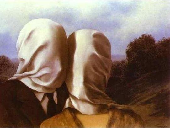 <연인들>, Rene Magritte, 1928. 같은 작가의 비슷한 제목의 작품이지만 분위기는 사뭇 다르다. 이 연인은 황량하기는 하지만 도시와는 다른 한적함이 있는 곳으로 여행을 온 것 같다. 하지만 둘의 얼굴은 역시나 천으로 덮여 있다. 둘은 키스를 하거나 서로를 바라보고 있지는 않지만 여자가 남자에게 기대어 있다. 세상 풍파에 지친 남녀가 한적한 곳으로 여행을 떠나 지친 마음을 치유하고, 서로에 대한 사랑을 키워나가는 듯한 기분이 드는 작품이다. 연인 때문이 아니더라도 여러 이유로 삶에 지친 연인들이여, 이러한 방법으로 갈등을 풀어나가는 것은 어떨까.
