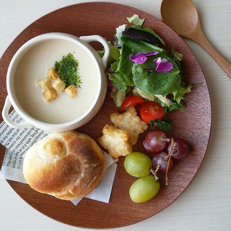 . 2017/12/6 . 今日の朝ごはん . ・ポタージュスープ ・コーンブレッド ・サラダ ・ぶどう . スープは少し濃厚めに作って パンをつけて食べるスタイル 娘も上手にパンをつけて 食べていました 今日の朝は寒い❄️っていう 予報だったから、 温かスープでほこほこ~ しっかし、炬燵から なかなか抜け出せない あとちょっと‥ あとちょっとだけ‥ . #朝食#朝ごはん#あさごはん#おうちごはん#クッキングラム#デリスタグラマー#タベリー#くらし#ていねいな暮らし#うつわ#ワンプレート#ワンプレートごはん#朝ごはんプレート