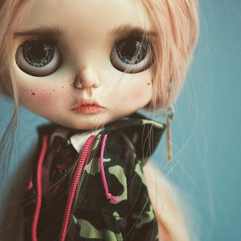 Sabrina ❤ hoody camo.#takarablythe #blythe #blythedoll #dollstagram #customdoll #FA #Foradotion #dollphotography #neoblythe #customblythedoll #blythestagram #instablythe #weloveblythe #Etsy #Etsyshop #anotherblythe #anotherblythecustom