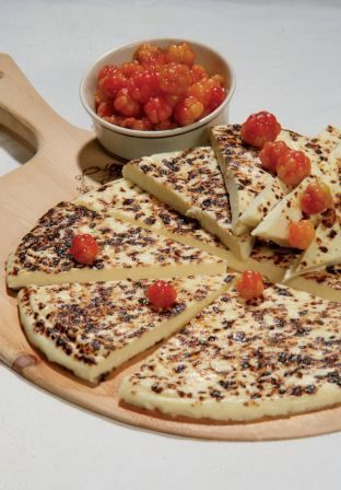 Juustopöytä ry:n syyskuun juusto: juustoleipä. Leipäjuusto, jota myös juustoleiväksi kutsutaan, on perinteisesti pohjoisen herkku.  Lähiruokatrendi on nostanut juustoleivän suosiota ja saanut sen uuteen kukoistukseen. Tutustu juustoleipään osoitteessa: www.juustopoyta.fi
