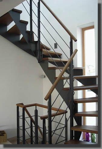 Stahltreppe mit aufgesattelten Stufen