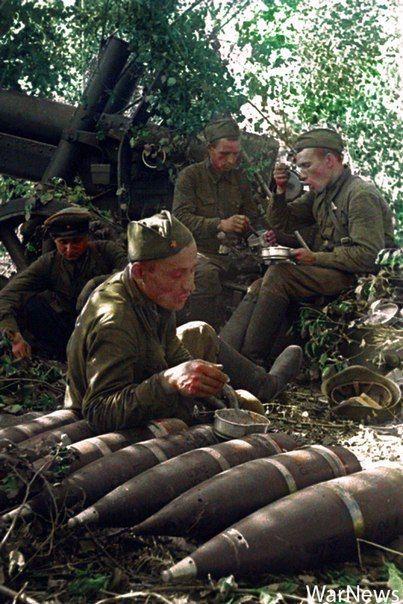 Артиллеристы за обедом у своего орудия 1941 г.