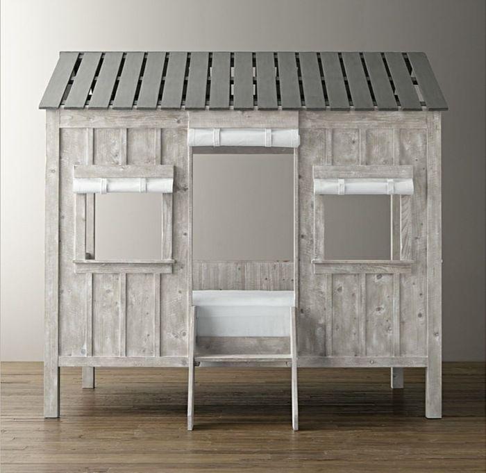 Bett für Kinder mit Dach aus Holzbrettern für einen realistischen Look