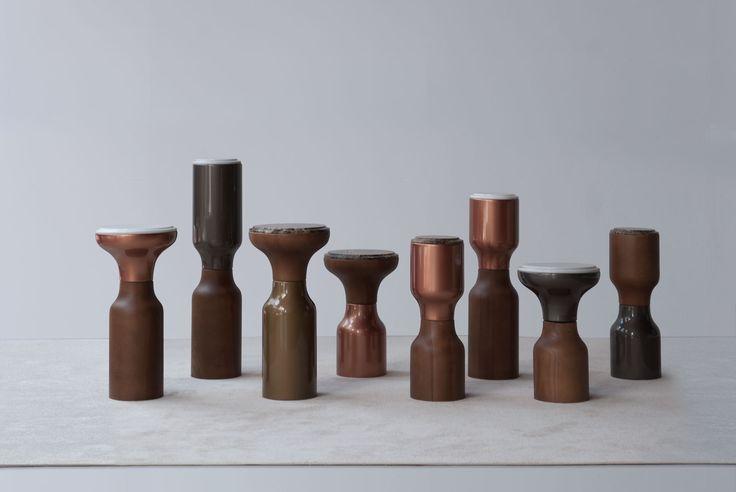Mesas auxiliares modelo 4226. Acabados brillo metalizado:bronce, cobre, antracita. Tapas mármol: marrón imperial, blanco. Tapas tapizadas en piel. Coleccion Fortune. tecni nova 2017