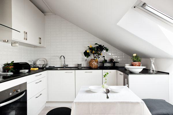 Bela kuhinja tudi v mansardi optično poveča prostor