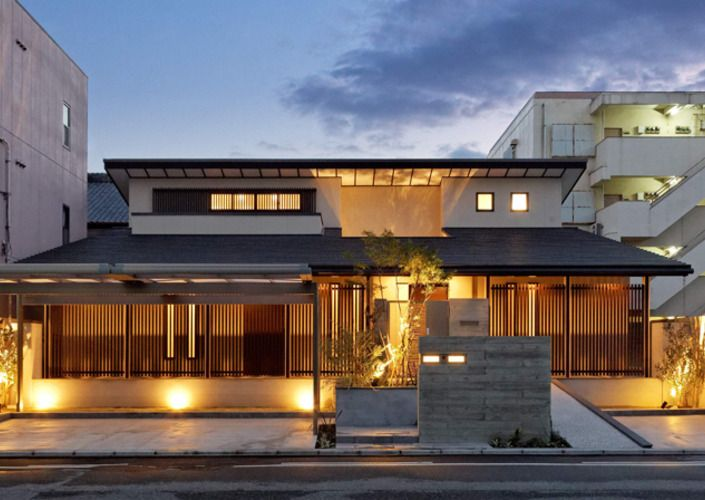 Continuous grid through which soft wind passes through - Modern Japanese style house