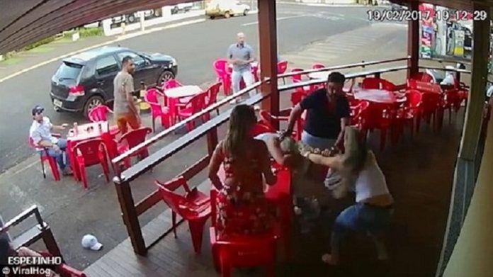 Ανελέητο ξύλο ανάμεσα σε απατημένη σύζυγο και ερωμένη Crazynews.gr