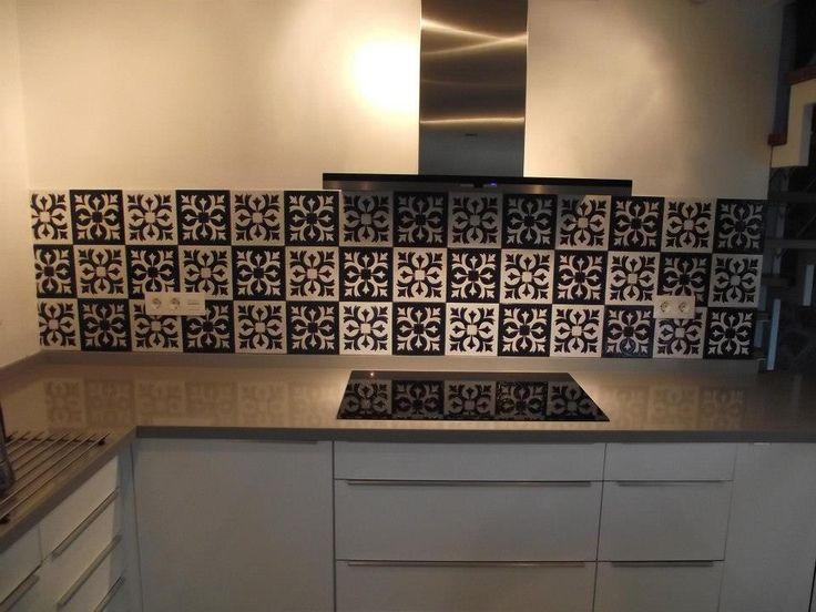 Azulejos de 20x20cms en dos colores realizados en cuerda seca para la pared frontal de cocina en una vivienda en Bolonia (Tarifa).