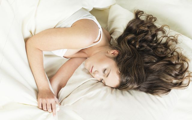 Met vochtig haar gaan slapen en opstaan met lokken die alle kanten uit wijzen? We maakten het allemaal al mee. Als je haar niet mooi droogt op natuurlijke wijze en je geen zin hebt om het te föhnen of te steilen, pas dan deze tips toe om wakker te worden met prachtige natuurlijke krullen. Het enige wat je nodig hebt, zijn een paar bobby pins en hydraterende mousse. Vochtig haar en een nachtje slapen doen de rest!