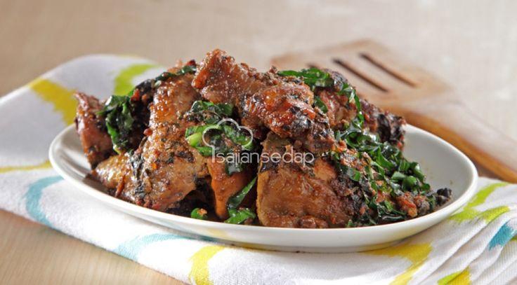 Menambahkan dedaunan adalah salah satu cara mengkreasikan olahan ayam agar lebih lezat. Salah satunya adalah daun mengkudu. Dalam Ayam Masak Daun Mengkudu lezat ini, keduanya menjelma jadi sajian memi