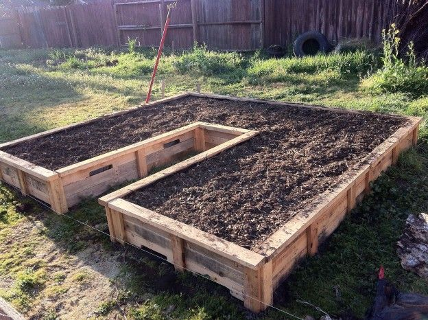 pallet wood raised bed garden | 10′ x 10′ Keyhole Raised Bed Made from Shipping Pallets