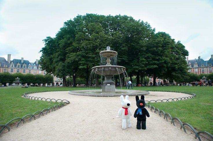 4/20今日のリサとガスパール http://parismag.jp/ #噴水とパチリ #fontaine #ヴォージュ広場 #Place des Vosges #パリの散歩道 #PARISmag #paris #パリ #France #フランス #パリの住人 #リサとガスパール #GaspardetLisa