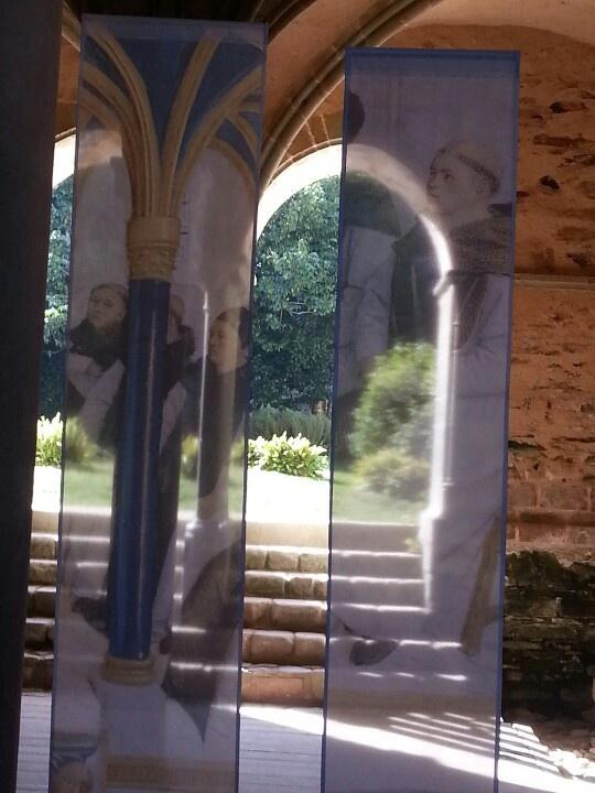 Beauport-5) BATIMENT EST, LOGIS DES MOINES: Au N de la salle capitulaire la porte donnant sur le cloître s'ouvre sur un passage conduisant au jardin à l'E des bâtiments. Enfin par le grand escalier voisin situé dans l'aile N on aboutissait à un palier donnant accès à une grande salle dite CHAUFFOIR, où en hiver venaient méditer et travailller les moines à l'abri du froid. Cette salle était éclairée par 3 fenêtres ogivales étroites et longues et par une porte surmontée d'une imposte ogivale.