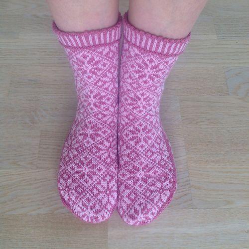 Ravelry: liwes' Pink roses-socks rosebladsokker